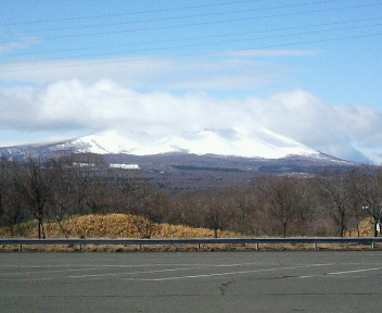 春の樽前山